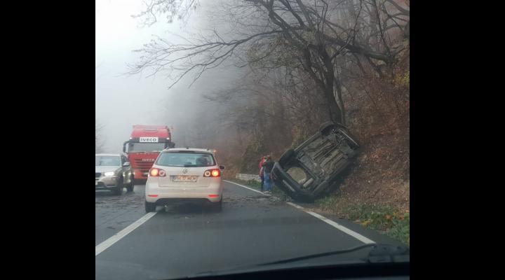 FOTO Accident pe Posada. O masina s-a lovit de un pom
