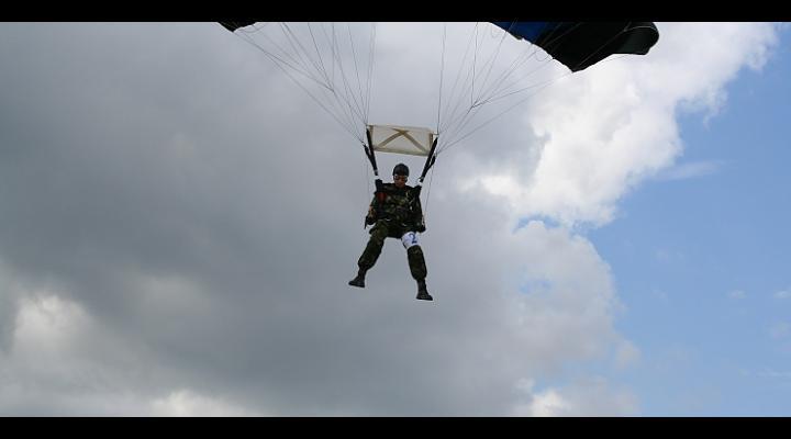 Un paraşutist militar a decedat (VIDEO)