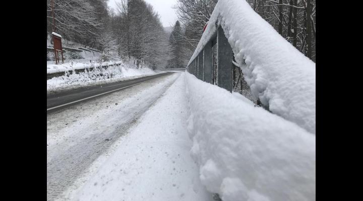 Politia Prahova: utilizarea anvelopelor de iarnă este obligatorie atunci când se circulă pe drumuri acoperite cu zăpadă, gheaţă sau polei