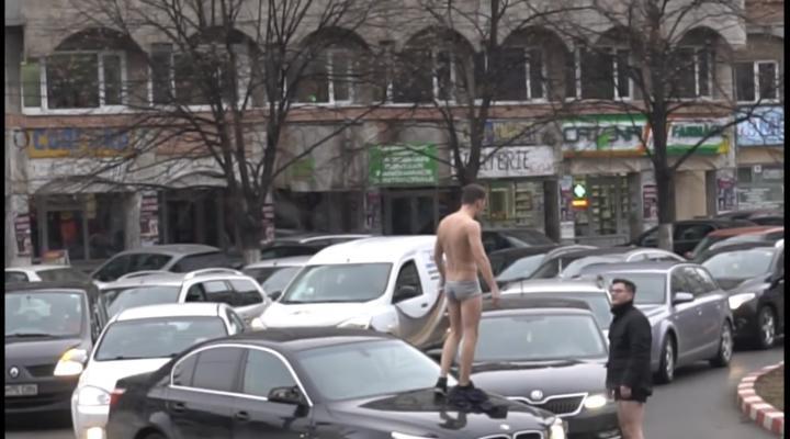 VIDEO: Tinerii care s-au certat si s-au dezbracat ieri in trafic in Ploiesti au fost amendati