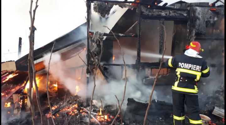 Incendiu violent in Gura Vadului. O casa a fost mistuita de flacari