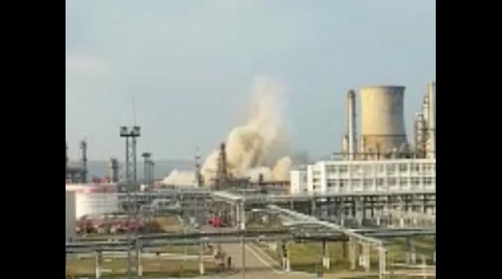 VIDEO - Un turn de racire de la Lukoil a fost demolat prin implozie