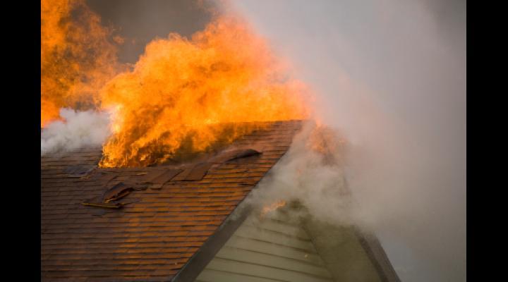Incendiu la o locuință din Râfov. Două persoane au făcut atac de panică