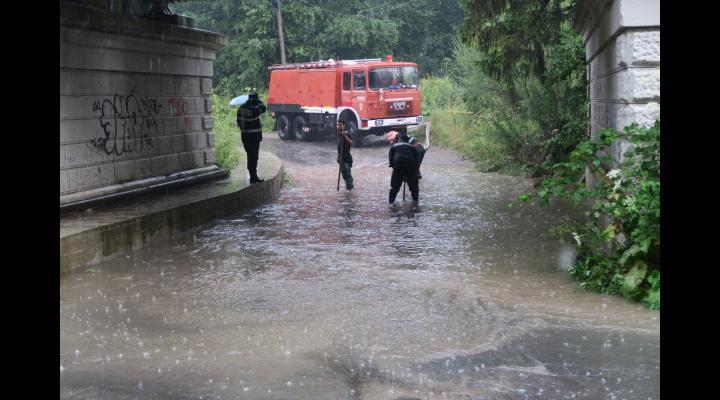 Precipitații abundente, vânt și descărcări electrice în județul Prahova. Recomandări ISU Prahova