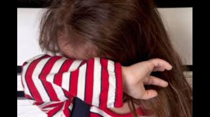 Fetiță agresată de un individ pe scara blocului