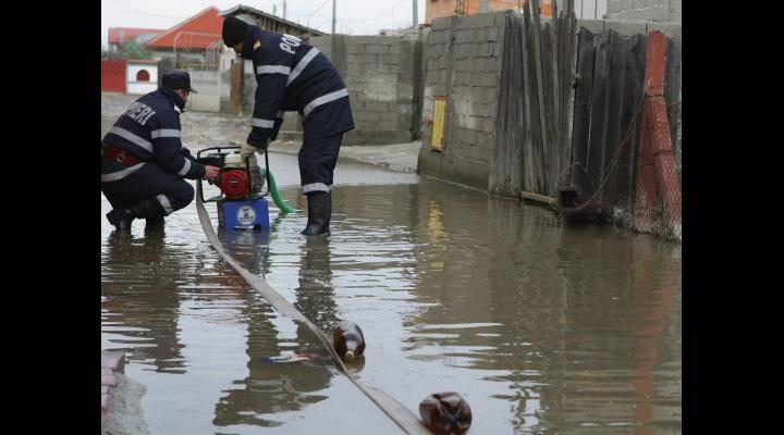 Inundații în țară în ultimele ore. Și județul Prahova a fost afectat