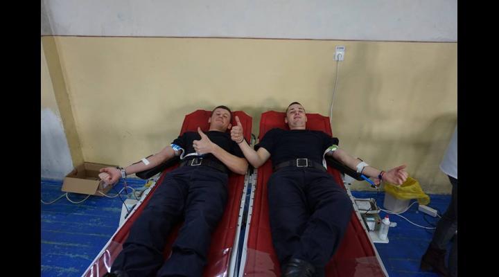 Viitorii pompieri și dascălii lor donează sânge