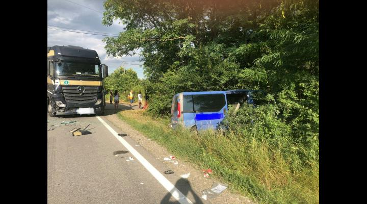 Microbuz lovit de TIR, pe DN72. Trei barbati au ajuns la spital. Trafic dirijat in zona