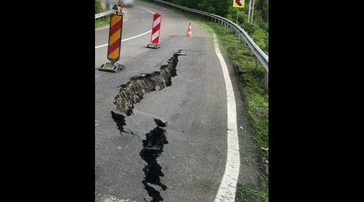 Drumul care duce către Padina prezintă alunecări de teren în mai multe zone