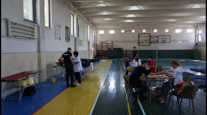 130 de viitori pompieri și profesorii lor au donat sânge