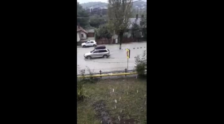 VIDEO: DN1, inundat la Comarnic, astazi, in urma unei ploi torentiale