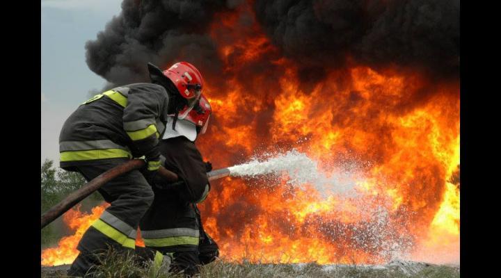 Incendii la două case din Prahova, într-o singură zi