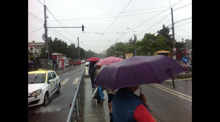 Se schimbă vremea. Pregătiți umbrelele