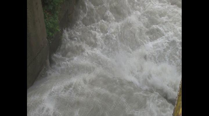 Apă evacuată, controlat, din Barajul Paltinu. Intervenția era necesară (VIDEO)