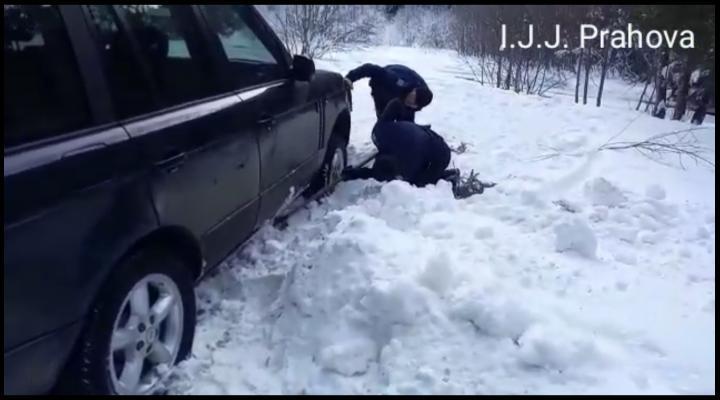 VIDEO: Au ramas inzapeziti cu masinile si ATV-urile pe munte. Au primit ajutor de la jandarmii montani
