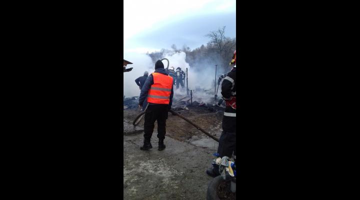 Incendiu violent în Breaza/O persoană a fost transportată la spital