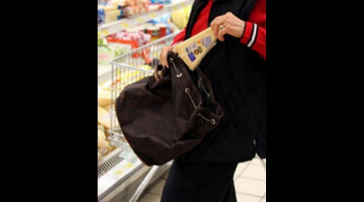 Femeie prinsă la furat într-un supermarket din Băicoi