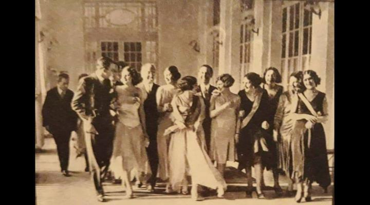 Liviu Rebreanu, președintele juriului în cadrul unui concurs de frumusețe din 1928/Povestea o poți afla în turul Casino-ului Sinaia