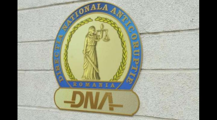 Un sef de achitizii dintr-un spital, retinut de DNA