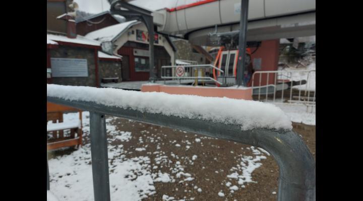 VIDEO Bucuria copiilor, joaca în zăpadă/Monitorii din Azuga se pregătesc pentru sezonul de schi