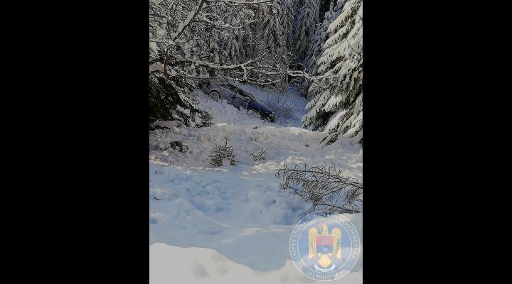 Mașină abandonată într-o râpă din Munții Bucegi, găsită de jandarmii montani și salvamontiști