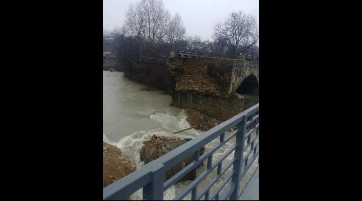 FOTO Podul de piatră, ridicat pe vremea lui Cuza la Bănești, s-a prăbușit