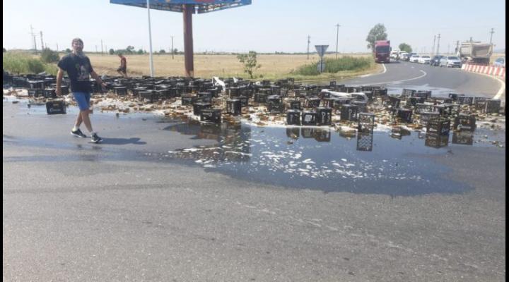 Amenzi de peste 7000 de lei după ce mai multe lăzi au căzut dintr-un TIR la Cornu