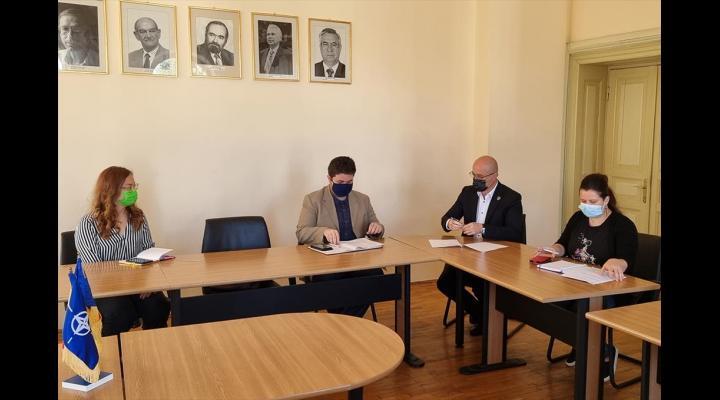 """Alin Moldoveanu, primarul municipiului Campina, a semnat un protocol de colaborare cu Asociatia GEYC """"Pentru Campina Europeana"""""""
