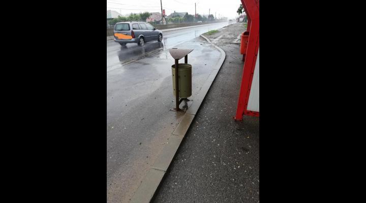 FOTO: Cos de gunoi montat intr-o statie de autobuz de pe DN1, fix unde coboara calatorii