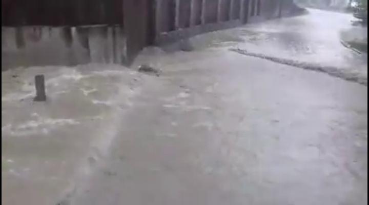 (VIDEO)Anunțul meteorologilor s-a adeverit. Inundații, pe Valea Prahovei