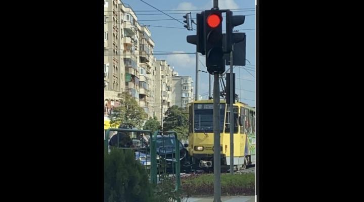 FOTO: Accident intre un tramvai si doua masini, in Ploiesti
