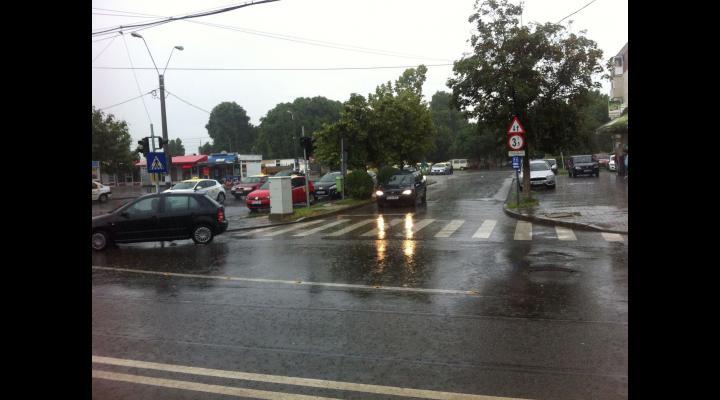 Problemele din Ploiești cauzate de fenomenele meteorologice anunțate pot fi semnalate nonstop la numărul unic de urgențe 112,  Dispeceratul municipalității -la numărul 0244984 sau la Dispeceratul Poliției Locale - 0244954.
