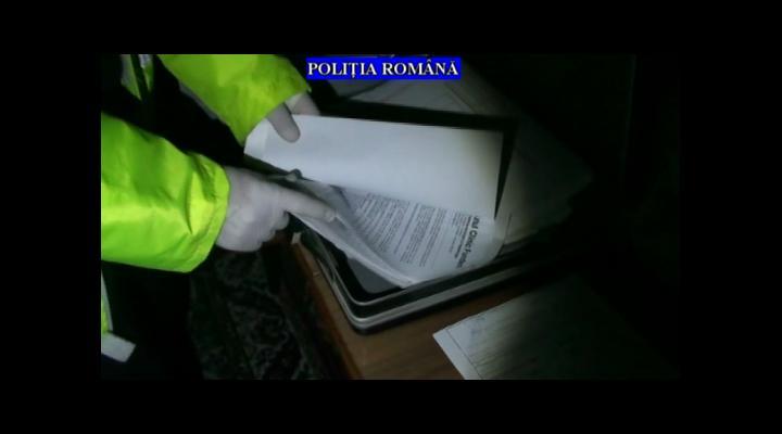 Percheziții la persoane bănuite de înșelăciuni din Prahova și Dâmbovița (VIDEO)