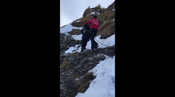 Un turist, rămas blocat pe munte, a fost recuperat de salvamontiștii din Bușteni - VIDEO