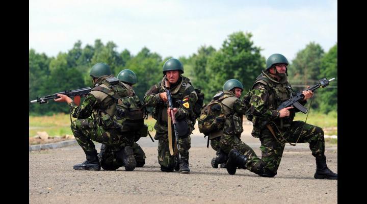 Ceremonial militar la sediul Primăriei Bușteni
