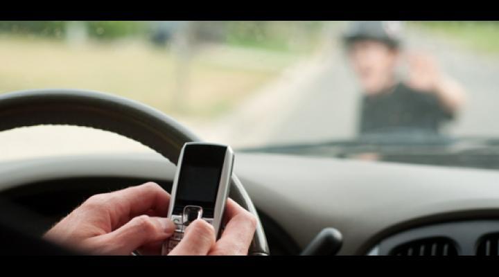 Sondaj: 60% dintre şoferii români vorbesc la telefon fără handsfree. Peste 70% dintre pietoni traversează neregulamentar cel puţin ocazional