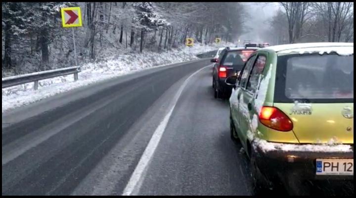 Circulația rutieră este oprită pe sensul de mers Brașov-Ploiești al DN1. Se circulă alternatic pe celălalt sens