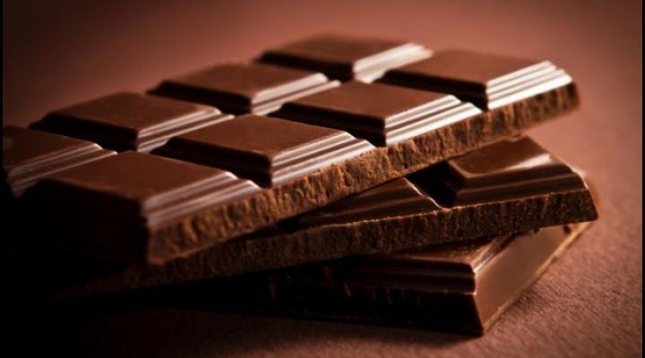 Doi tineri au acum dosar penal dupa ce au fost prinsi furand ....ciocolata!