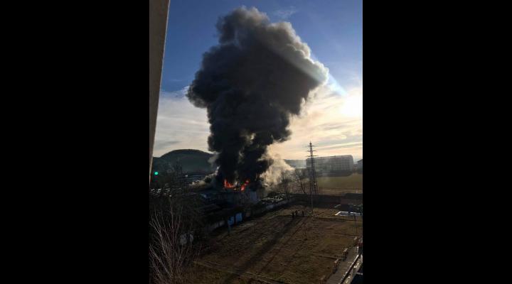 IMAGINI de la incendiul izbucnit la un service din Campina