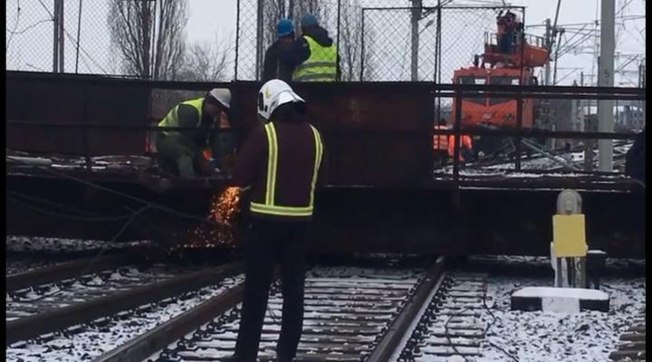 Ce trenuri sunt oprite din cauza pasarelei cazute pe liniile de cale ferata la Gara de Vest Ploiesti