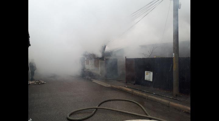 Un incendiu violent a cuprins doua case si o anexa din Ploiesti. Zeci de pompieri intervin - GALERIE FOTO