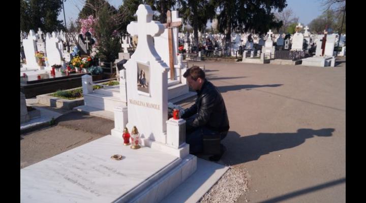 Fanii Mădălinei Manole au venit de Paşte la mormântul artistei din Ploieşti