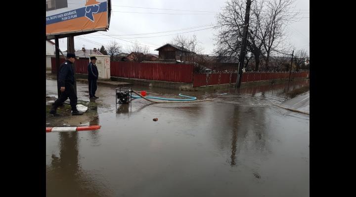 Inundatii in Sinaia, Tomsani, Busteni, Ciorani, Azuga si Barcanesti. Pompierii inca intervin