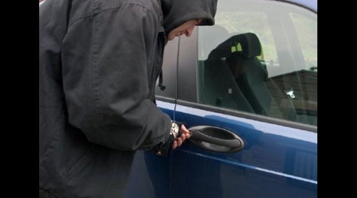 Doi ploieșteni, reținuți de polițiști, fiind bănuiți de comiterea a 3 furturi din auto
