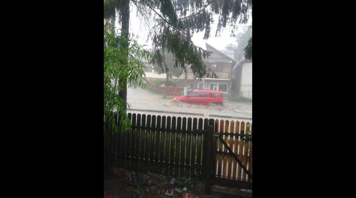 Trafic blocat total pe DN1, la Comarnic, mai bine de o ora din cauza ploii. Si acum se circula ingreunat! - VIDEO
