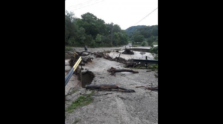 Peste 60 de locuinte izolate in comuna Bertea, dupa ce un pod a fost luat de viitura