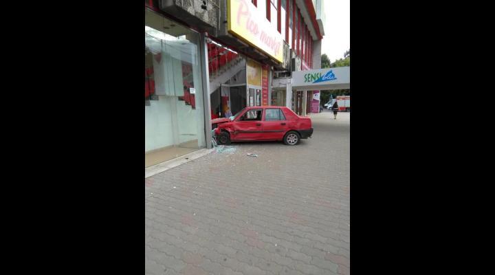 A intrat cu masina intr-un magazin! Accidentul s-a produs la Complexul Mare din Ploiesti