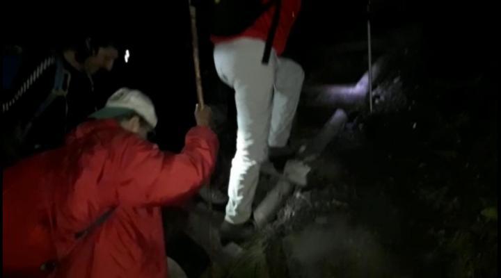 Doua turiste de peste 70 de ani, ramase blocate pe munte in miez de noapte. Au cerut ajutorul salvamontistilor!