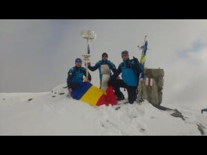"""Instructorii Centrul Montan Sinaia, pe Vârful Parângul Mare: """"La mulți ani, România! Pe aici nu se trece!"""""""