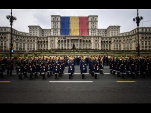 """Iulian Dumitrescu: """"La mulți ani tuturor militarilor Armatei României, fie ei în activitate sau în rezervă! """""""